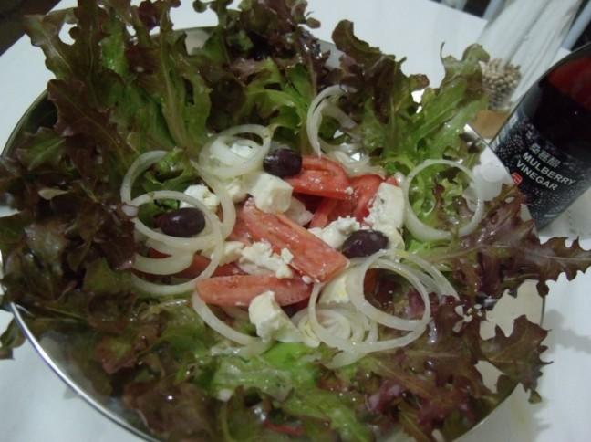 Salada de Alface Roxo com Ricota Cremosa e Molho de Iogurte