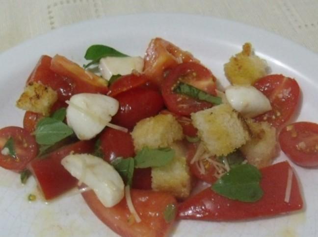 Salada de Tomates Variados, com Mussarela de Búfala e Croutons