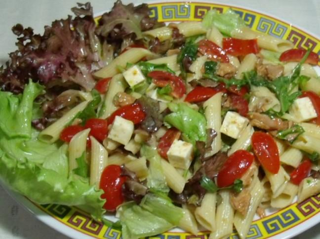 Salada de Folhas com Salmão em Conserva, Tomate Cereja e Queijo Coalho