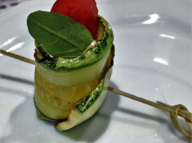 Rolinhos de Abobrinha com Cream Cheese, Tomate Cereja e Manjericão