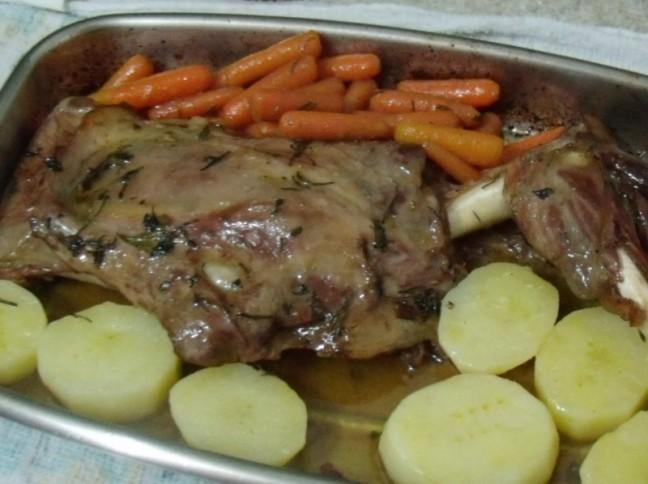Paleta de Carneiro Assada com Batatas e Cenouras Caramelizadas