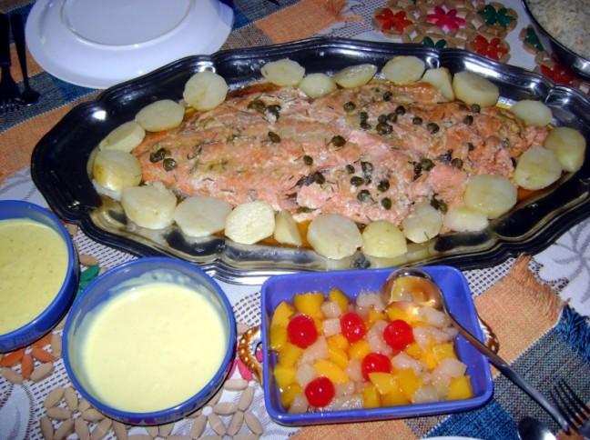 Salmão Com Salada De Frutas Em Calda